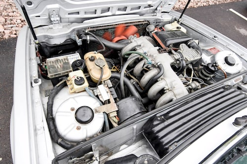En rak sexa på 3,2 liter och 200 hästkrafter samt 290 Nm i vridmoment borde kännas mer, men Abba-bilen är lite trött.