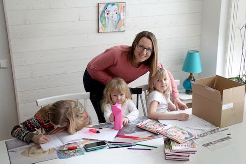 """Kajsas döttrar Alice, Linnea och Viola går i mammas fotspår och skriver egna böcker. """"Jag blir så himla glad när jag ser att de inspireras av mig och skriver egna historier. Jag hoppas att jag visar dem att mammor kan satsa på sina drömmar och göra utvecklande saker för sin egen skull"""", säger Kajsa. Foto: Privat"""