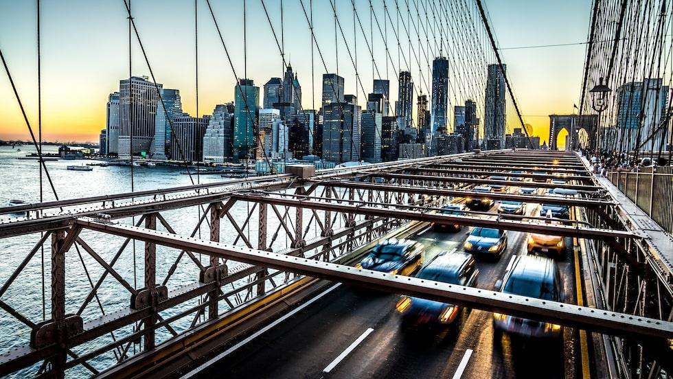 Trafik på Brooklynbron i New York, delstaten New Yorks största stad.