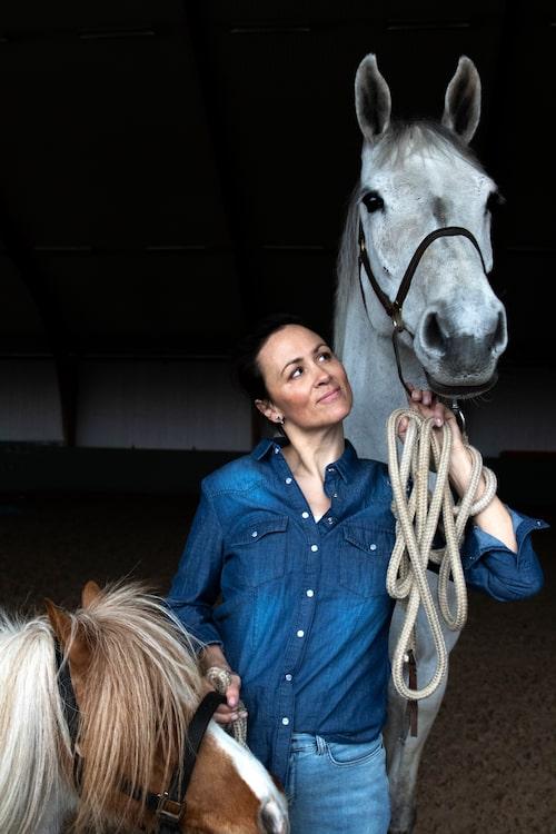 Lisen Bratt Fredricson bor på Österlen med sin familj och sina hästar.