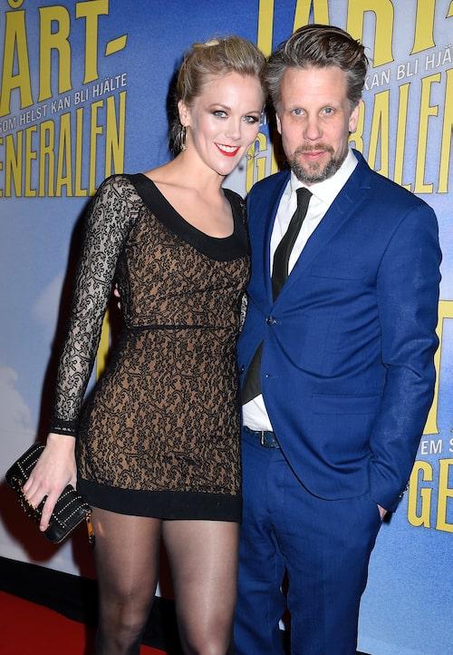 Agnes med pojkvännen Filip Hammar på premiären av Tårtgeneralen.