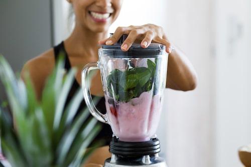 Ett smart sätt att få i sig tillräckligt med frukt och grönt att mixa en laddning frukt, bär och grönsaker till en smarrig smoothie varje dag.