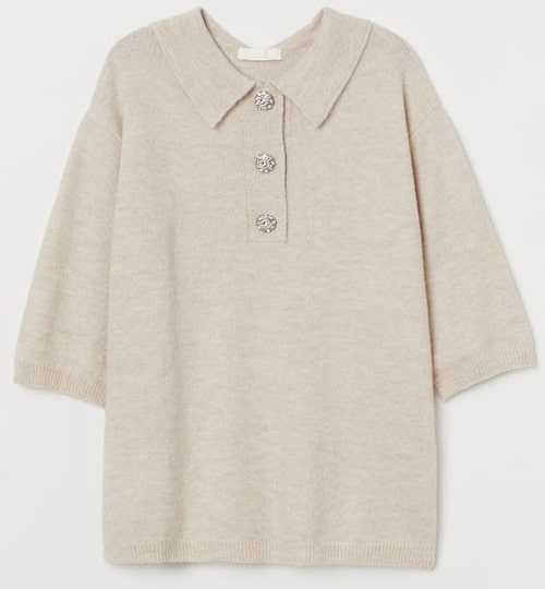 Finstickad t-shirt från H&M med dekorativa knappar. Klicka på bilden och kom direkt till produkten.
