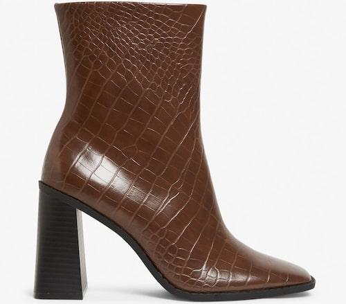 Krokopräglade boots från Monki med fyrkantig tå. Klicka på bilden och kom direkt till ankelbootsen.