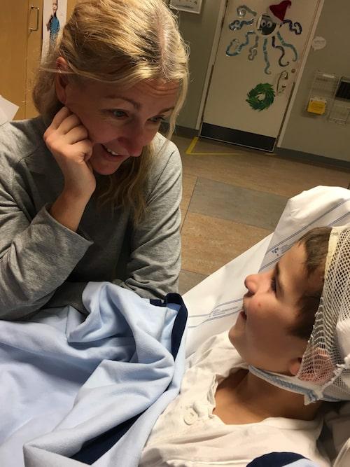 Mamma Jessica tillsammans med Manne under ett av de många sjukhusbesöken.