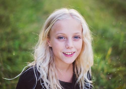 """I år skulle Klara ha fyllt 16 år. Hemma i byn finns en cykelväg som heter """"Klaras väg"""". Vägen byggdes tack vare Klara och hennes kompisar som ville att alla cyklister skulle vara säkra."""