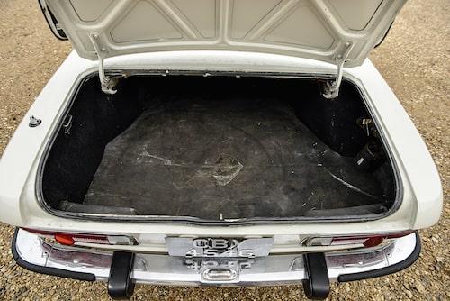 Ett rejält bagageutrymme är aldrig fel och Mazda Luce skäms inte för sig i den grenen.