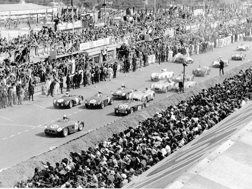 Starten av det tragiska loppet 1955 års lopp. Efter det drog sig Mercedes tillbaka.