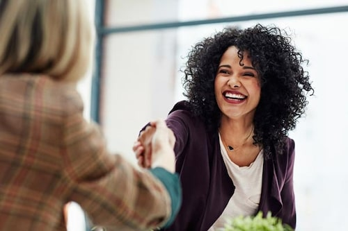 Le mycket och undvik att ha armarna i kors eller gömma händerna i fickorna. Det är bra tumregler inom kroppsspråk när du ska på arbetsintervju.