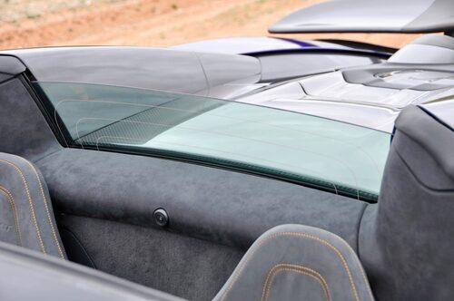 Windstopper-ruta bakom sittbrunnen hindrar inte motorsången från V8-motorns stupröravgasspipor.