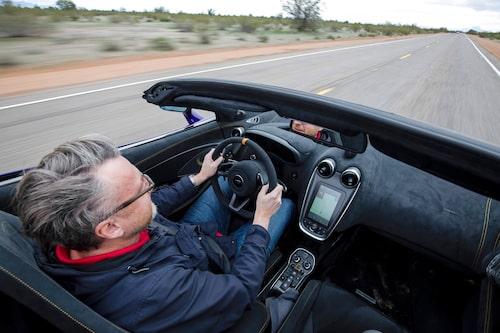 Fyra km/h lägre i toppfart offrar Hans gärna för att åka öppet, särskilt när 0-100 km/h fortsatt fixas på låga 2,9 sekunder.