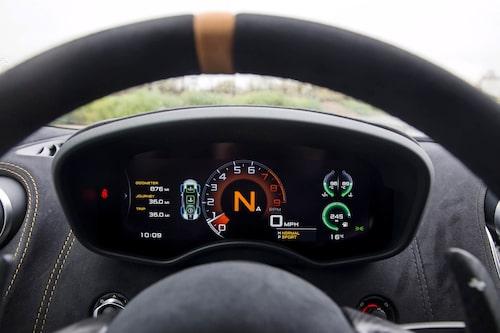 Instrumentklustret ändrar design beroende på chassi/motor-inställning. Snyggt och informativt.