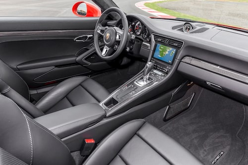 Snyggt och sobert med relativt stor knappmängd i nya Porsche 911 Turbo S.