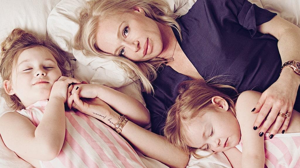 Isabel Adrian har flyttat hem till Sverige med maken Steve Angello och barnen Monday Lily och Winter Rose.
