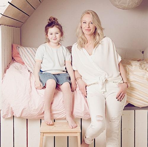 Monday Lily och Isabel i kojan, som är favoritplatsen i sommarhuset i Skåne.