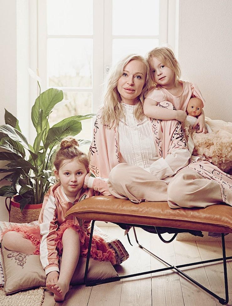Monday Lily, Isabel och Winter Rose myser i huset i Skåne.