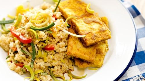 Recept på currystekt tofu med krämig grönsaksbulgur.