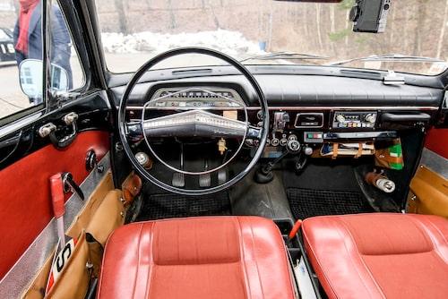 Ficklampa, brödspade i dörrfickan... även kupén är fullproppad med polisiära redskap. Komforten är det inget fel på. En Volvo B20 spinner tyst.