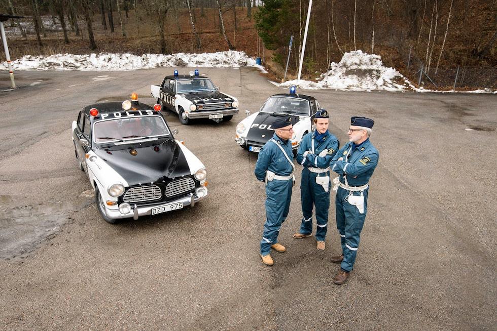 Bengt Svensson (t h) instruerar Mikael Stjerna och Glenn Lindberg i polisuppförande.