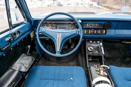 Valiant med snygg blå klädsel. Men framstolarna är ersatta av likaledes blå Saab-stolar. Originalsoffan höll inte måttet tyckte de svenska poliserna.