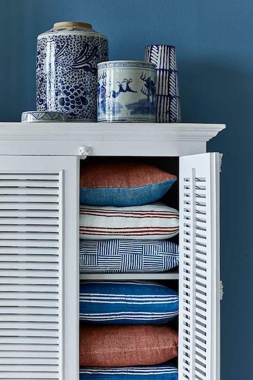 Kuddar, uppifrån, tvåfärgad i tvättat linne, 40x40cm, randig Side by side, rutig Bits 'n pieces, Sapphire blue, blårandig Side by side, rostfärgad i tvättat linne, alla 50x50cm.