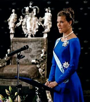 Victoria fyller 18 bast och blir därmed myndig. Fylla och krogrunda? Nja, är man prinsessa så firas man med en traditionstung ceremoni där man tvingas hålla ett tv-sänt tal från Rikssalen på Stockholm slott och i live-sändning lova att vara lojal mot kungen och riksdagen. Vi hoppas att hon fick röja loss ordentligt senare på kvällen iallafall...