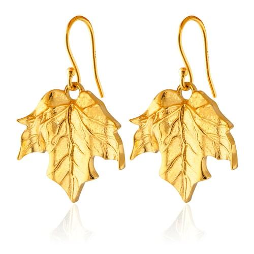 Ett smyckesmärke Alexandra Rapaport gillar är Sophie by Sophie, här är örhängen i guldpläterad mässing.