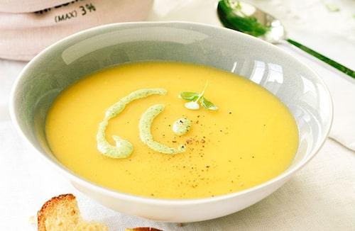 Recept på Grönsakssoppa med mandelpesto och vitlöksbröd