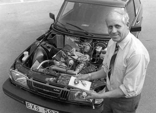 Motoringenjör Per Gillbrand bredvid en Saab 900 Turbo.