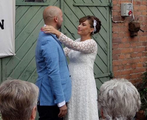 Johan och Jennie gifte sig i september 2015. I magen låg Alba, som föddes tre månader senare.