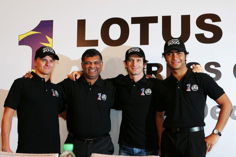 Heikki Kovalainen, Tony Fernandes (stallchef), Jarno Trulli och tredjeföraren Fairuz Fauzy.