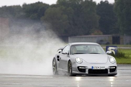 De keramiska bromsarna av Porsches generation två är dyra att byta, 120 000 kronor. Men de biter också riktigt bra, fler kolfibertrådar transportar bort mer värme. Sex kolvar fram och fyra kolvar bak.