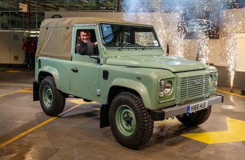 2016 Land Rover Defender. Sista exemplaret som rullade av produktionsbandet klockan 09.22 lokal i brittiska Solihull-fabriken där Defender tillverkats under rekordmånga år, drygt 65.