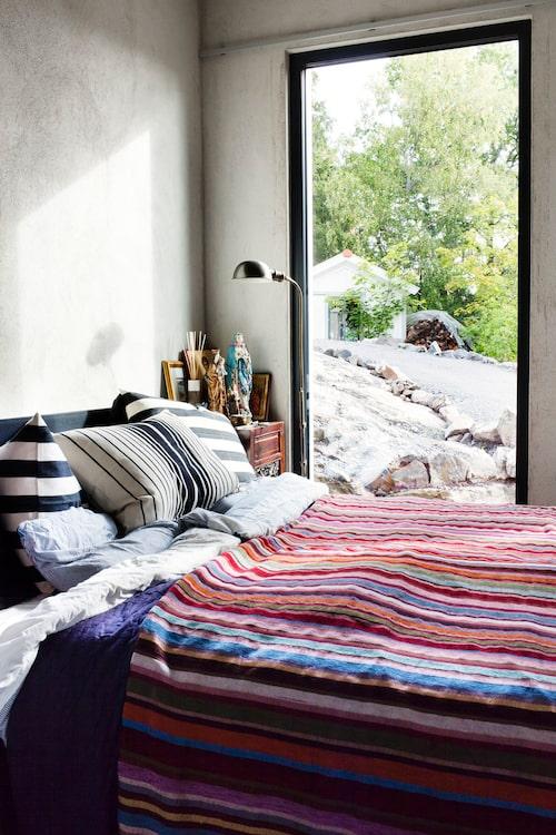 I sovrummet står den kalla betongen i kontrast till de mustiga färgerna i de indiska kuddarna och överkastet. Sängen har en ryggvänlig Tempurmadrass.