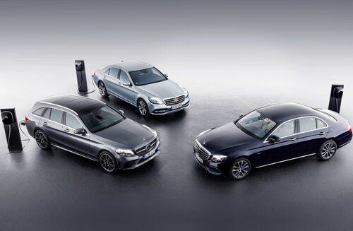 Mercedes E-klass som laddhybrid är en dyr historia att äga. Här är den i sällskap med C-klass laddhybrid.