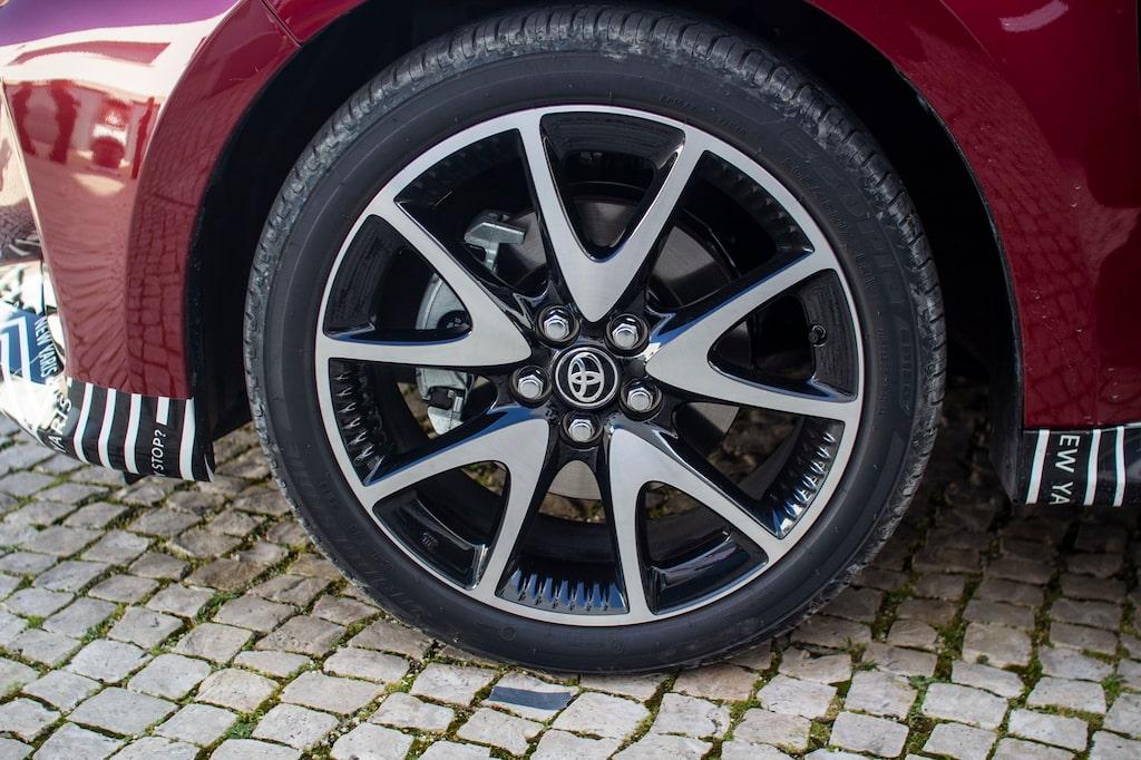 Provkörningsbilen rullar på 204/45 R17-däck.