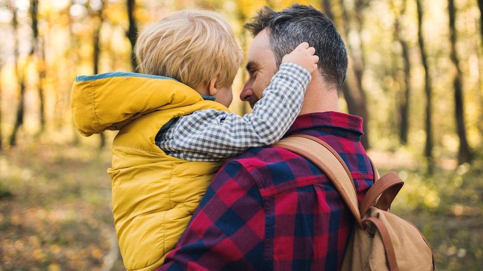 Vänta inte på barnets frågor, prata om förälderns stamning redan nu, när det blir läge, råder barnpsykolog Malin Bergström.
