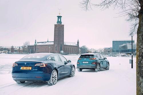 Nästa sevärdhet för Model 3 är Stockholms stadshus – Kona leder vägen.