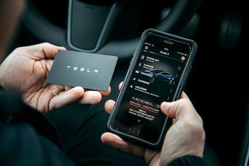 Model 3 har ingen vanlig bilnyckel. Koppla ihop bil och mobil så behöver du inte ens nyckelkortet.