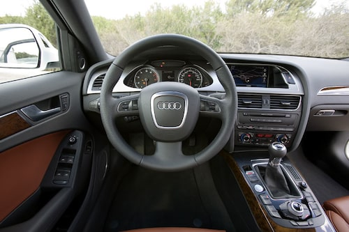 Interiören känns igen från A5-coupén. Nytt i A4 är MMI-systemet, menysystemet som opererar ljud, navigation och bilinställningar.