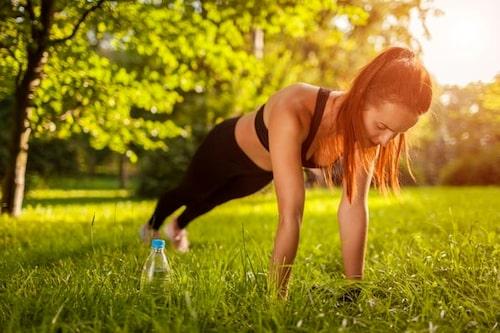 Testa att köra en övning (så som plankan) i 20 sekunder, för att sedan vila i 10 sekunder. Gör detta totalt i 4 minuter. Under ett helt tabata-pass kan du göra ungefär 4-8 olika övningar, på samma upplägg.