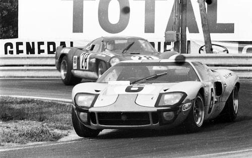 Ford GT40 ligger i täten under Le Mans.
