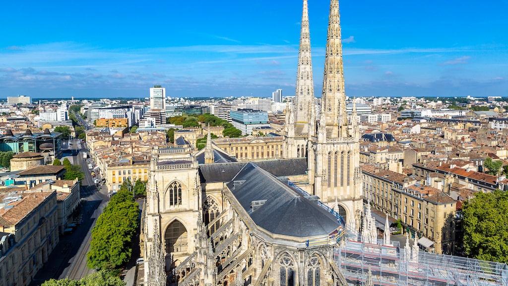 St. Andrew's Cathedral i Bordeaux en vacker sommardag i Frankrike.