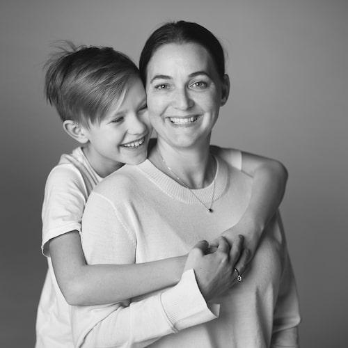 Rebecca Byron Lohk tillsammans med sonen Matteo, idag 10 år.