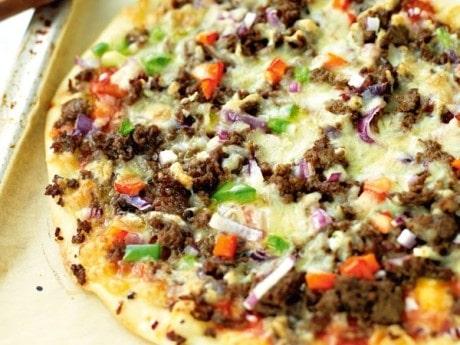 Pizza med färs och paprika