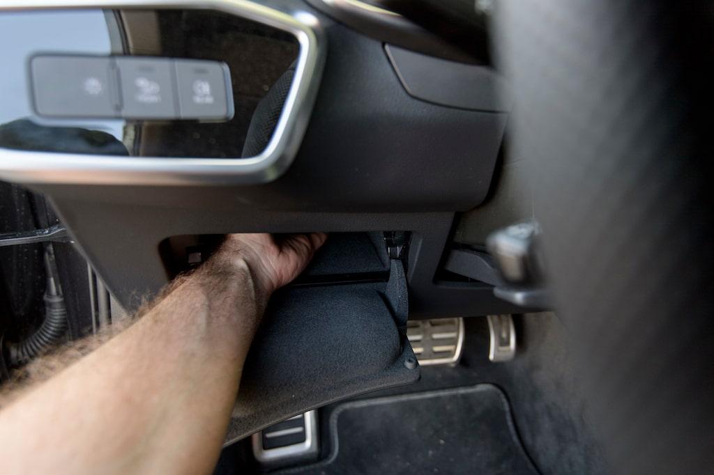 Smuggelfack eller mobilg(l)ömma. Djupt fack vid sidan om ratten är smart, det gäller bara att komma ihåg.