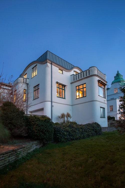 Familjens hus ligger med pampig utsikt över Öresund bort mot Helsingör på andra sidan Sundet. Villan är byggd i början av 1900-talet.