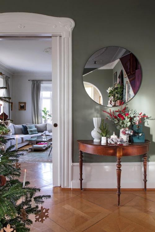 Frisgroen heter den gröna kalkfärgen från L'authentique. Konsolbordet är antikt, spegeln från Reflections Copenhagen.