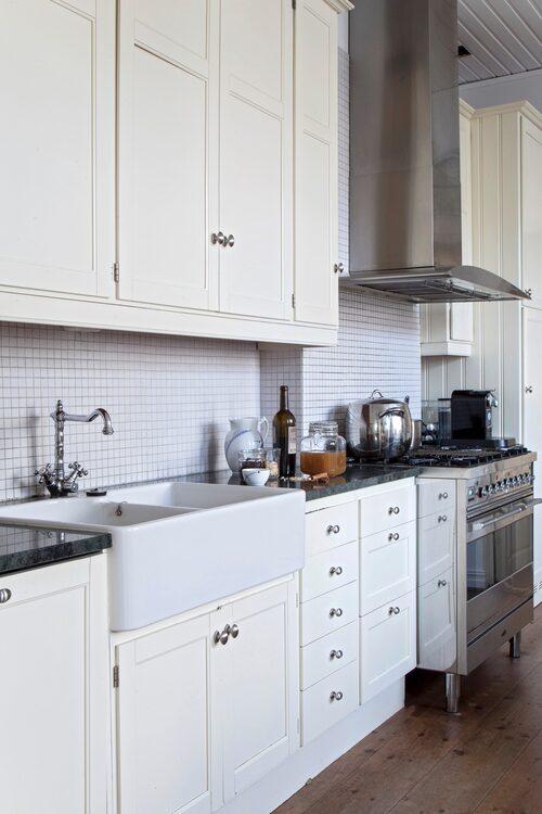 Köket har fått lantlig stil i gräddvitt.