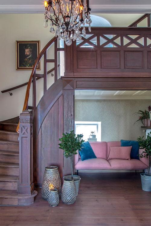 Huset har många unika detaljer. Trappan är ett smycke i sig. I nischen under den, en soffa av den finska designern Mika Tolvanen. Lyktorna på golvet kommer från Oi soi oi.